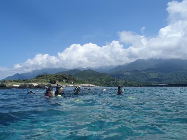 屋久島の山々と海
